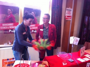 Op de foto lijsttrekker leggen Annelies Lichtenberg met Ivonne Lichtenberg de laatste hand aan de kraam.